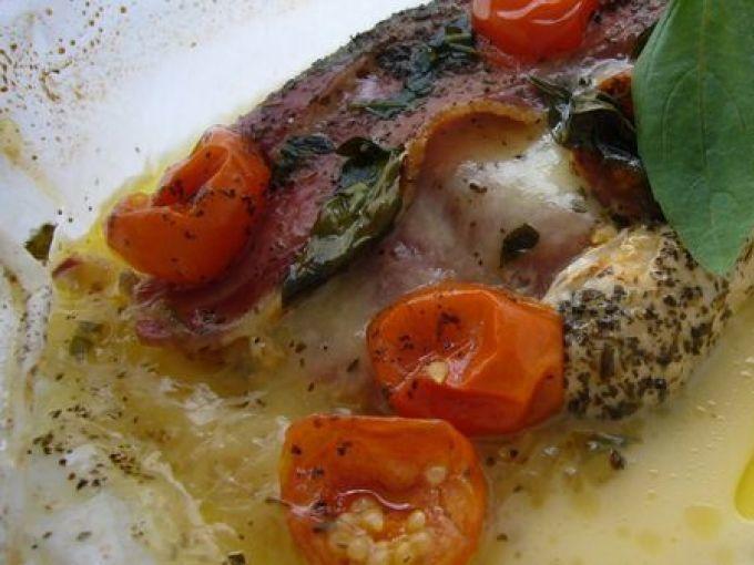 Couper la mozzarella en tranches. - Recette Plat : Papillottes de poulet, tomates-cerise et mozzarella par Josephine51