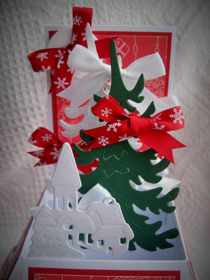 Veselé vánoce Přáníčko zdobené mašličkami, výřez ve tvaru stromků a malým domečkem. To vše je na přání bílé barvy dekorované červeným papírem bez a s vánočním potiskem. Přání můžete poslat kamarádům, rodině ale určitě potěší i vašeho šéfa :) Přání je doručováno s obálkou Rozměr přání 19 x 14 cm ve složeném stavu. Výška zadní strany při ...