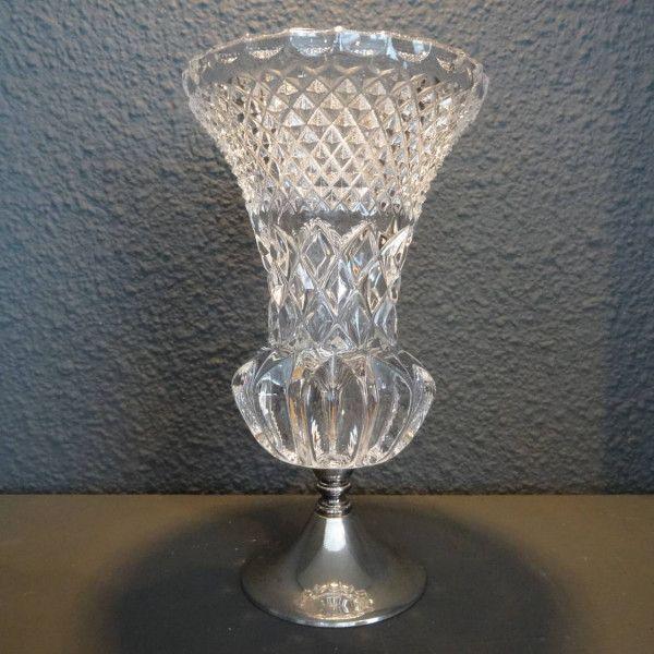 Ruit geslepen kristallen vaas op verzilverde voet