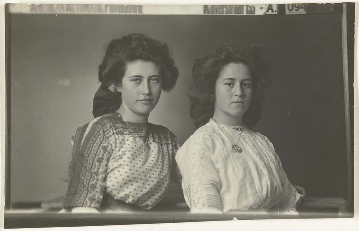 Double portrait of two women, by American Automatic Fotografie, 1905 - 1920 (Rijksmuseum, the Netherlands).