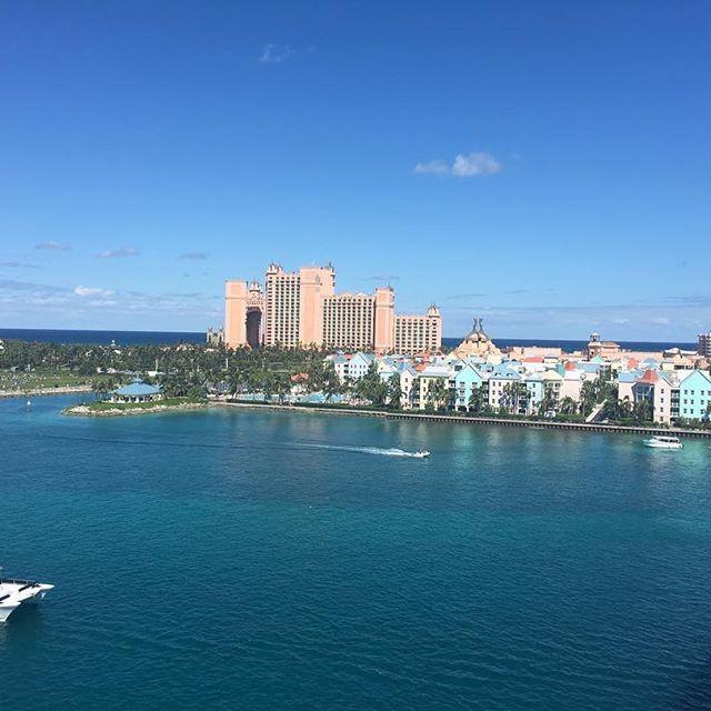 【lya0824】さんのInstagramをピンしています。 《ナッソー最高だった! アメリカ人にとってのリゾート地なんだけど、まじで海が綺麗で楽しめるアクティビティもたくさんあるところ! 奥にうつってるのは、パラダイスアイランドにあるホテルアトランティス! #ナッソー#バハマ#Bahamas#世界一周#海外旅行#海#広いな#おっきいな#アトランティス》