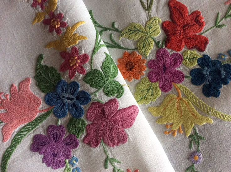 STUNNING VINTAGE LINEN HAND EMBROIDERED LARGE TABLECLOTH ~ FLORALS