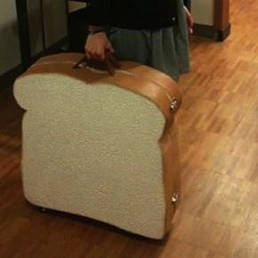 収納性ゼロ!実用性皆無の食パン型スーツケースが話題に!