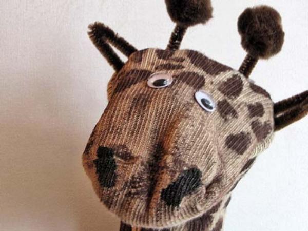 El zoológico de animales hechos con calcetines de Las Manualidades cada vez está más poblado. Les presento a nuestra nueva amiga, la jirafa, que además de ser muy simpática es muy divertida, porque se puede mover. Es un títere de jirafa hecho con un calcetín, una manualidad muy linda que nos muestra Craft Jr.Mat