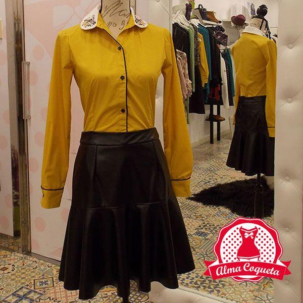 Camisa en color mostaza, con el cuello de algodón bordado a mano. Remates en vivo negro de algodón en la botonadura y en el puño y Falda en color negro de polipiel con vuelo en la parte de abajo y por encima de la rodilla, es perfecta para ocasiones informales como para lucirla en un evento especial..#moda #camisa #fashion #retro  #negro #amarillo #mostaza  #borddado #cuero #polipiel #almacoqueta #leonesp #falda #otoño #invierno