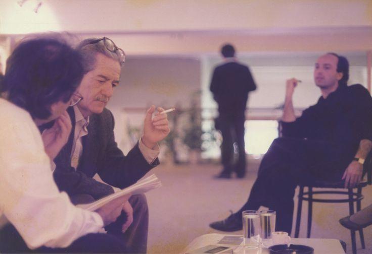 18/4/1989: Ο Γιώργος Σκαμπαρδώνης συζητά με τον Κώστα Αξελό υπό το βλέμμα του Νίκου Καρατζά