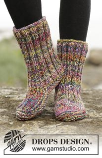 """Ribbed Confetti - Knitted DROPS slippers in garter st with rib in 4 strands """"Fabel"""". - Free pattern by DROPS Design"""