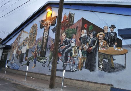 Un mural cerca de Armijo Park: Hay un mural en El Paso, Texas, por los rumbos del Armijo Park. Allí, el manguerazo limpio de la Virgen de Guadalupe refresca a los migrantes, mientras que un querubín tricolor le coloca su cuarto menguante.