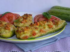 Le barchette di zucchine farcite, sono una ricetta golosa ma leggera, preparata con zucchine farcite di patate, gratinate in forno