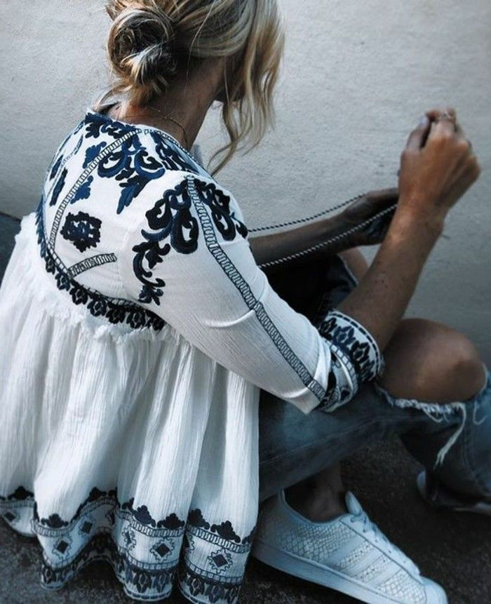 tenue boheme chic, chemise blanche avec broderie bleue et jeans déchirés