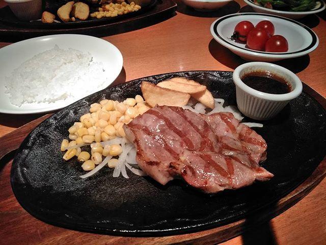 今日の昼ごはんは、けんの三元豚グリル。 サラダバーのミニトマトが甘くて美味しかった。 そして、ごはんの食べ放題はうれしい。 今日はどういうわけか、いくらでも食べられる。 #昼ごはん#昼ごはん記録#ステーキけん #三元豚#肉#サラダバー#妊娠初期#顕微授精
