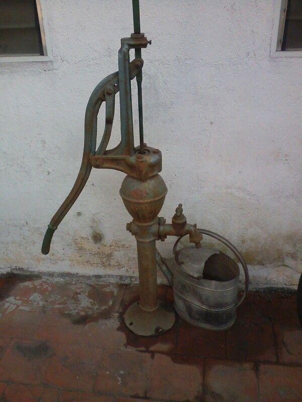 Bomba Antigua manual de agua y regadera de chapa galvanizada.