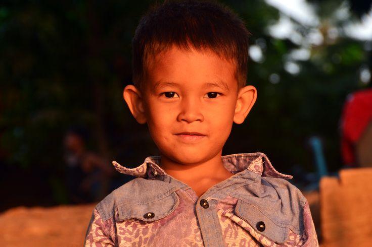 • DORÉS AU SOLEIL 🔶 GOLDEN SKINS (1) | Une enfance dorée à la couleur du soleil cambodgien, comme un écho dès le plus jeune âge à la terre rouge du Cambodge.  #Cambodia #Asia #AmicaTravel #children #child #childhood #sunset #portrait #adventure #travel #trip #welivetoexplore #travelling #instatravel #instatravelling #instago #ilovetravel #travelgram #travelphotography #travelpics #traveltheworld #traveldeeper #igtravel #travelblog #travelblogger #wanderlust #postcardsfromtheworld