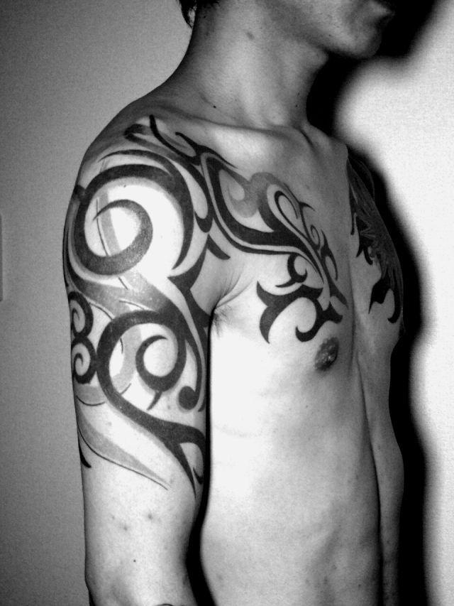 腕,肩,胸,男性,トライバル,トライバルタトゥー,ブラック&グレータトゥー/刺青デザイン画像