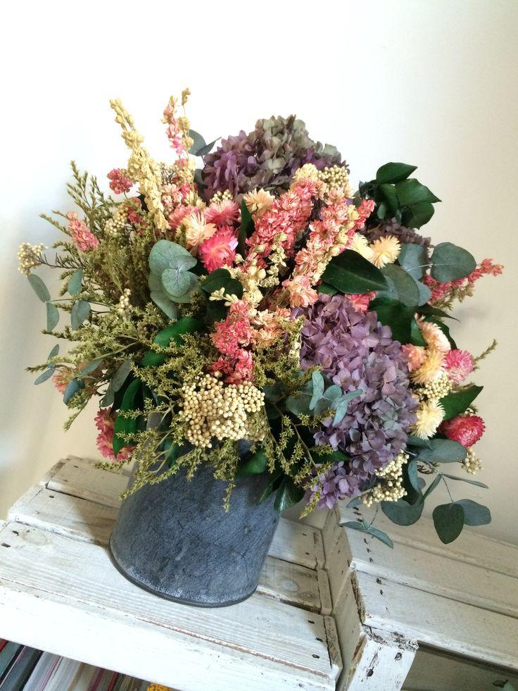 Centro de mesa con flor seca en tonos morados flor seca - Arreglos florales con flores secas ...