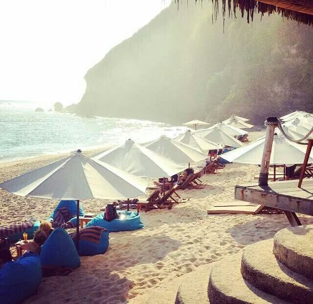 Finns Beach Club, watch surfers - Perfect for Food  | Bali