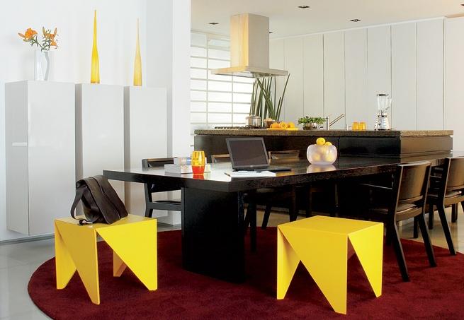 Na sala de jantar, os banquinhos se destacam pela forma e pela cor. Amarelo e vinho são tons quentes. O contraste entre eles existe, mas não a oposição  Fotos Patricia Cardoso / Casa e Jardim