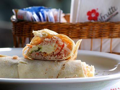 Wrap frio de Peru, cenoura ralada , tomate picado ,queijo branco , queijo cremoso e alface americana .