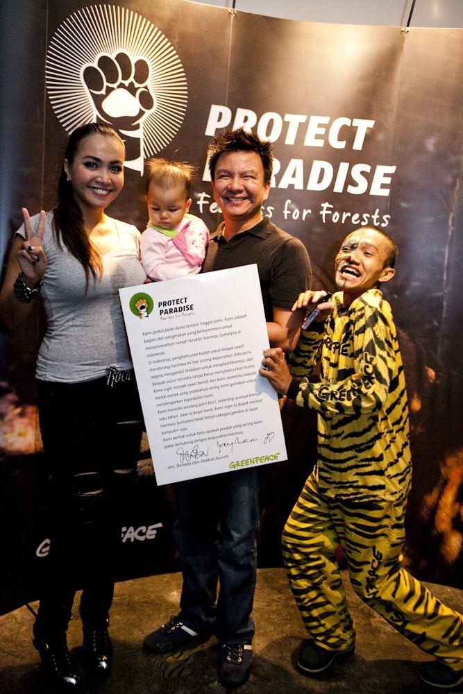 Jerry Aurum dan Denada, pasangan selebriti Indonesia, bergabung dalam Tiger Manifesto untuk mendesak penghapusan jejak deforestasi dalam produk kesukaan kita dan mendorong penyelamatan hutan habitat Harimau Sumatera www.protectparadise.org