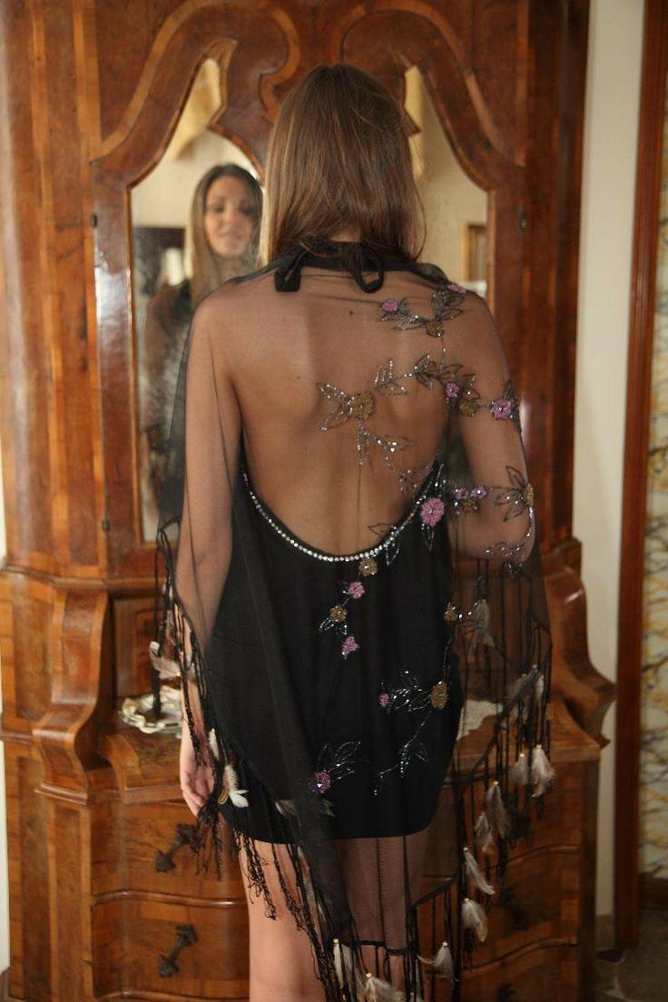 Clarissa - scialle in velo nero decorato con fiori di perline - frange di cordoncino e piume Atelier Unipel su MHB