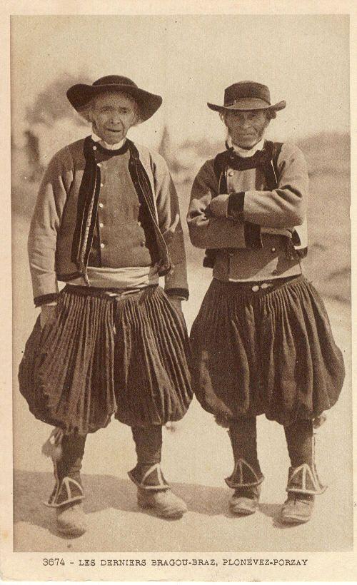 Les culottes bouffantes, bragoù bras, pratiquement plus portées avant même 1900. Elles peuvent être considérées comme d'origine celtique, sorte de kilt transformé par le mouvement de Contre-Réforme.