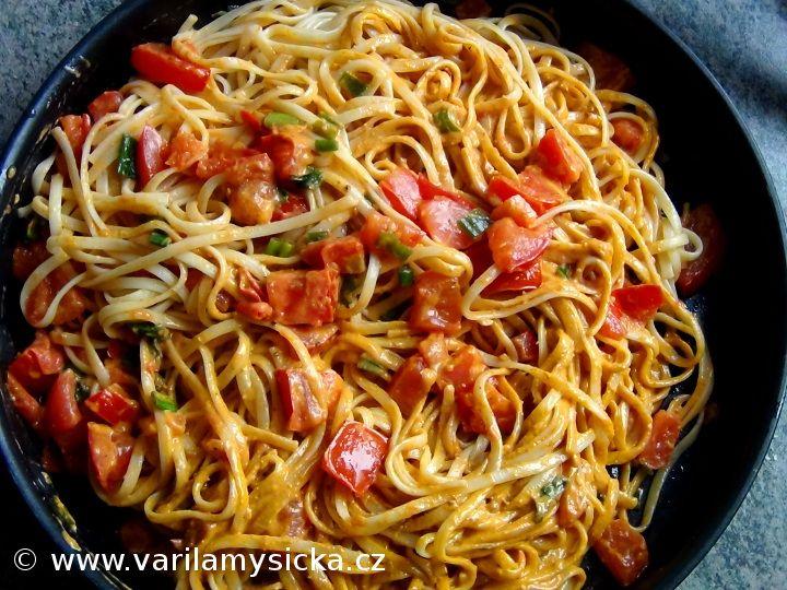TIP na rychlé a jednoduché těstoviny, kombinace červeného pesta a ricotty je vynikající.