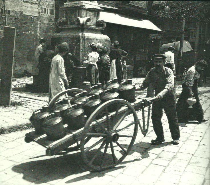 Barcelona 1910.Aguador en la Plaça del Pedró. Foto de Frederic Ballell(AF-AHCB)