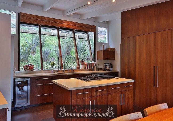 Классическая кухня с наклонным панорамным окном и деревянной мебелью, дом в стиле ранчо