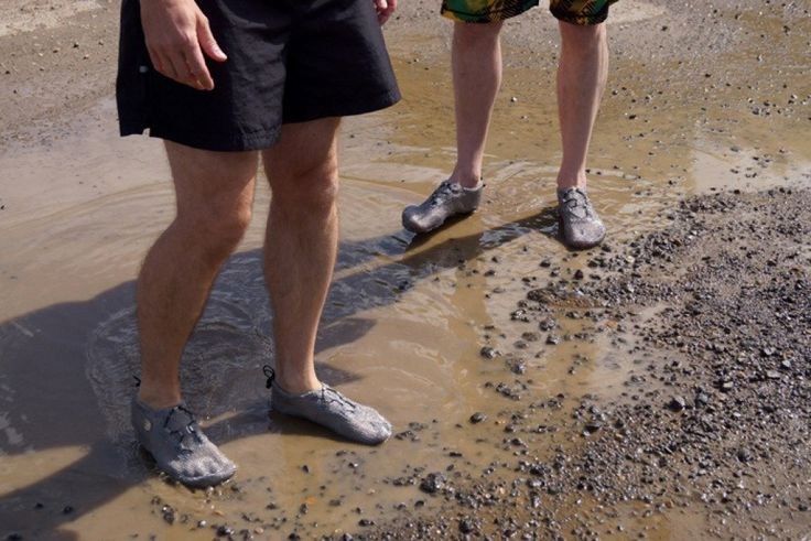 Gli appassionati del ''barefoot'', la camminata a piedi nudi, non hanno dubbi: i ''paleo scarpini'' sono la soluzione più comoda per correre tra acqua e fango. Le calzature inventate in Germania hanno fatto il giro del mondo e sono consigliate anche per trekking e scalate. Tra i testimonial p