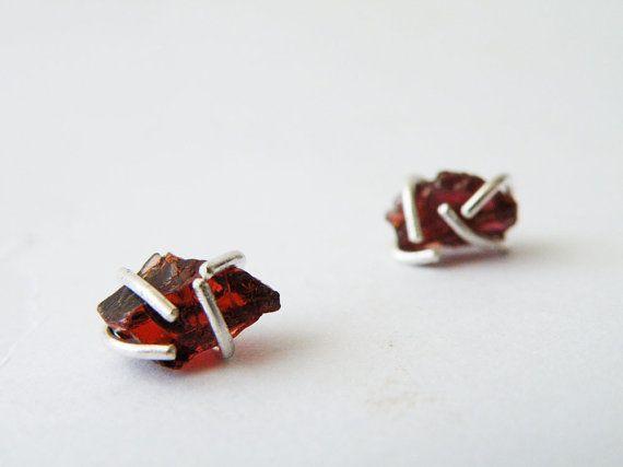 Hey, diesen tollen Etsy-Artikel fand ich bei https://www.etsy.com/de/listing/187902598/rohe-granat-ohrringe-stein-gestut