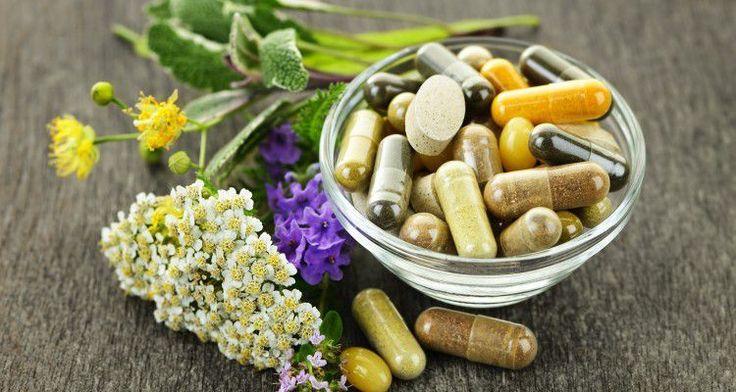 8 plantes médicinales qui soulagent l'anxiété : millepertuis _ passiflore _ racine de réglisse _ camomille _ racine de kava _ lavande _ mélisse _ menthe poivrée