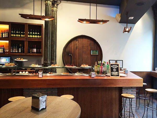 Een avondje pinchos eten en wijn drinken in Valencia? Aanrader is restaraunt / tapasbar Sagardi! Ontdek deze en meer hotspots in de Valencia City Guide >>