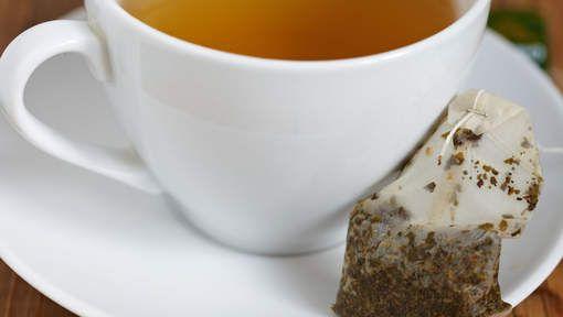 De volgende keer dat je een lekkere tas thee zet, gooi het gebruikte theezakje dan niet weg maar hou ze allemaal bij in een doosje. Je kan ze immers ...