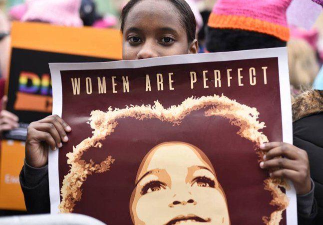"""Se o mundo considera que não é grave que tanto o trabalho quanto a própria vida das mulheres valha menos, então elas mostrarão como é um só dia sequer para se produzir, trabalhar e viver sem elas. Essa é a ideia que move a grande paralisação proposta para o próximo 8 de março, dia internacional da mulher: um dia """"sem mulher"""", uma greve geral mundial de mulheres. Proposta por dezenas movimentos feministas em países como Austrália, Bolívia, Chile, Brasil, Equador, Irlanda, Israel, México…"""