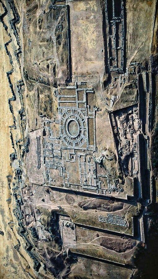 Vista aérea de la imponente fortaleza inca de Sacsayhuaman situada al norte de Cusco - Perú