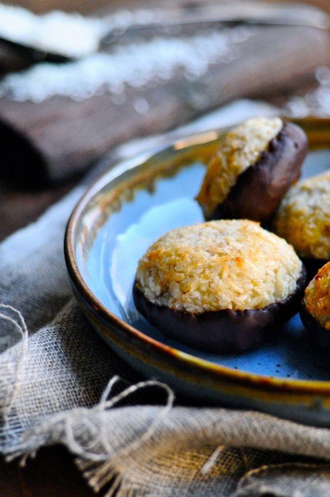Disse kokosmakroner indeholder ingen sukker, men er sødet med banan og dyppet i mørk chokolade.