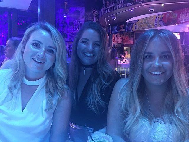 cairns it has been a pleasure. next stop: melbourne with these beauties ☘️✈️💃🏼 #catchflightsnotfeelings • • • #happy #cairns #girlsthattravel #love #lastnight #ootn #travel #travelgram #travelblog #australia #sydney #melbourne #cairns #bristol #london #