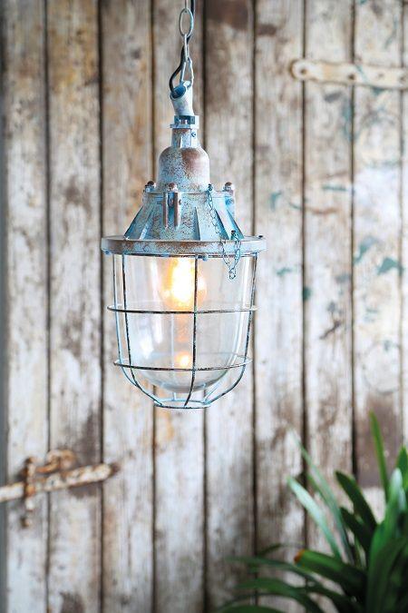 W A U W: puur woongenot en een stoere look creëer je met deze hanglamp in een opvallend kleurtje! Shop nu! https://dutchhomelabel.nl/p…/hanglamp-quarry-metaal-blauw-m/