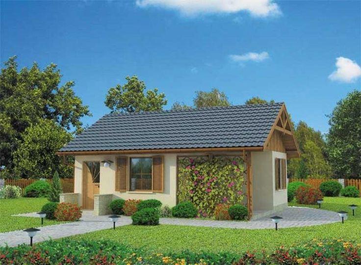 """""""Hawana"""" Prosty, estetyczny, funkcjonalny domek letniskowy. Od frontu zdobią go drewniane okiennice, a także pergola, tworząca od wiosny do jesieni uroczą, zieloną ścianę sporej werandy. Zgrabną bryłę domku nakrywa szary spadzisty dach. Ciepła kremowa barwa ścian i sporo drewnianych elementów wykończeniowych (m.in. pod spadem dachu na bocznych elewacjach) sprawiają, że domek emanuje niezwykłym ciepłem, obiecując miłe chwile w przytulnym wnętrzu."""