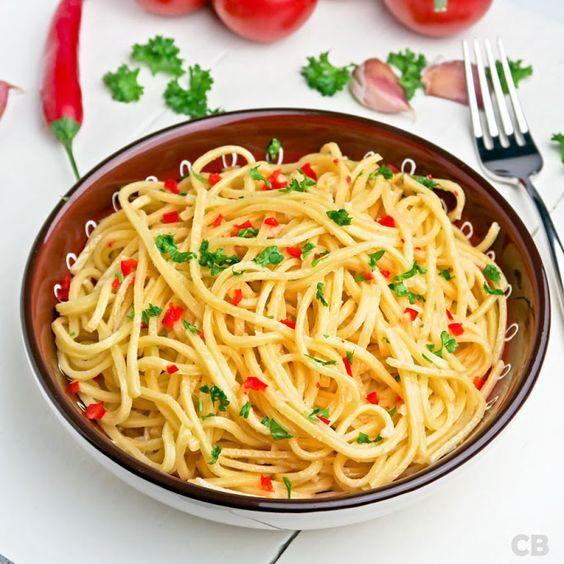 Spaghetti aglio, olio e peperoncino! In goed Nederlands: spaghetti met knoflook, olijfolie en rode pepertjes. Heerlijk als voor- of tussengerecht én als bijgerecht!