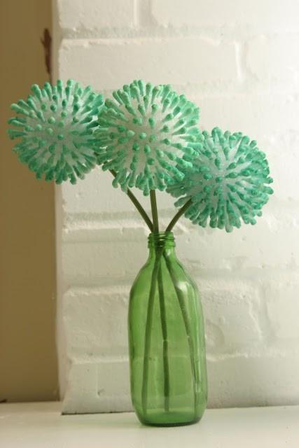 >Il me faut quoi? des contons tiges  une boule en polystyrène de l'encre de couleur    > Je fais comment?  Coupez les cotons tiges en préservant 2 cm de tige et plantez les dans la boule de polystyrène. Mélangez l'encre colorée avec de l'eau dans un bol, puis trempez les cotons tiges pour en teinter les extrémités. Pour la tige, recyclez celle d'une fleur artificielle, ou pour un effet plus graphique, utilisez une baguette de bois peinte en blanc.