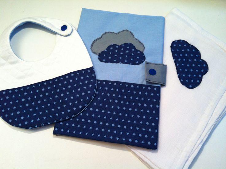 Coffret cadeau naissance: Frou-Frou bleu étoilé (lange, protège carnet de santé et bavoir) : Mode Bébé par l-atelier-cousette