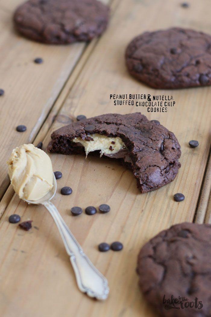 Peanut Butter & Nutella Stuffed Chocolate Chip Cookies - Schokokekse mit Schokoladendrops mit Nutella und Erdnussbutter gefüllt - salzig und süß trifft aufeinander - http://baketotheroots.de/chocolate-chip-cookies-gefullt-mit-erdnussbutter-nutella/