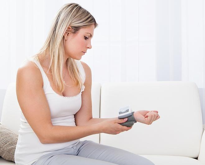 Wer regelmäßig seinen Blutdruck misst und beobachtet, kann Herz-Kreislauf-Erkrankungen frühzeitig erkennen und vorbeugen.