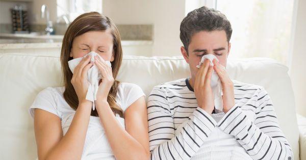 La sinusitis es una inflamación de los senos paranasales que se produce ante la presencia de un virus o una bacteria. Los senos paranasales son espacios llenos de aire que están ubicados en el cráneo, detrás de la frente, los huesos de la nariz, las mejillas y los ojos. En condiciones normales, el aire puede circular a través de ellos, ya que el moco puede salir sin obstrucciones. Cuando estas aberturas se bloquean, se produce la sinusitis.   Entre los síntomas de esta inflamación se