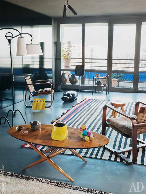 Гостиная. Кресла подизайну Джузеппе Пагано, стол по дизайну Илмари Тапиоваары. Иранский полосатый ковер приобретен вателье Thomas Wild вБерлине.