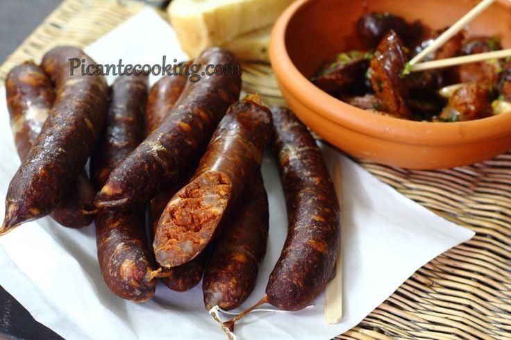 Рецепт приготовления домашней колбасы чоризо - популярной испанской свиной колбасы с большим количеством паприки.