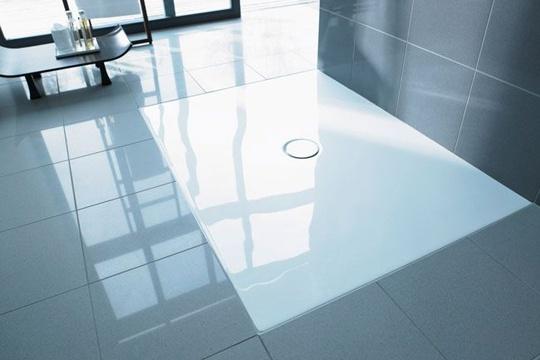 """douche a l'italienne En acrylique sanitaire, ultraplat, H 0,5 cm, pose à fleur de surface, 14 dimensions. """"Flatline"""", à partir de 750 €, Duravit. 750€"""