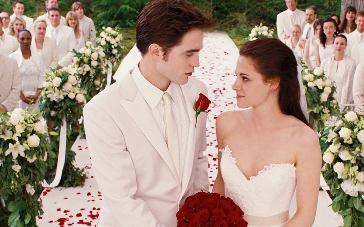 Bella 39 s wedding dress from her dream in twilight breaking for Bella twilight wedding dress