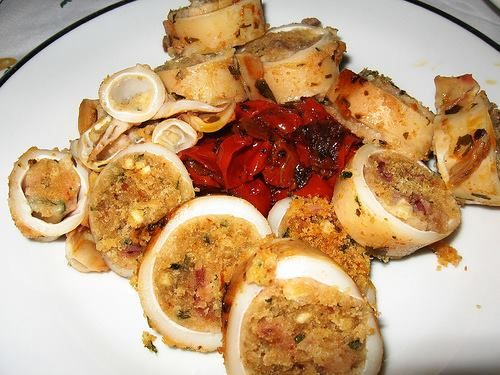 INGREDIENTI PER I CALAMARI: 2 spicchi d'aglio 500 gr di calamari vino bianco (una spruzzata) 3 cucchiai di olio di oliva 1 cucchiaio di pr